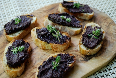 tapenade, vegan tapenade, homemade crostini, crackers, vgourmet, Ruth Richardson